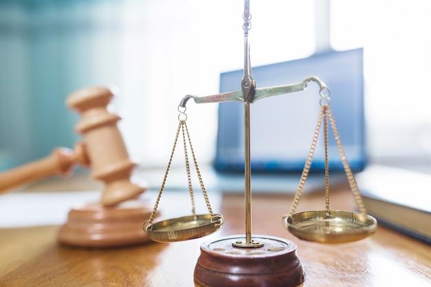 Close-up van gouden rechtvaardigheidsschaal in rechtszaal Gratis Foto