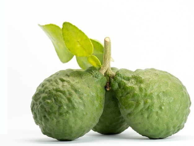 Close-up van groep verse bergamot met groene bladeren Premium Foto