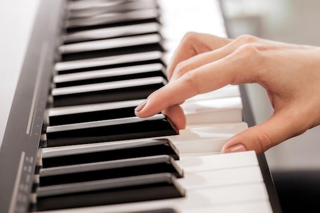 Close-up van handen die piano spelen. muziek en hobby concept Premium Foto