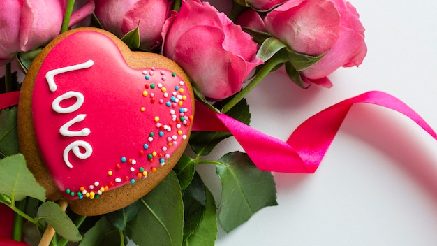 Close-up van hartvormig koekje op rozen Gratis Foto