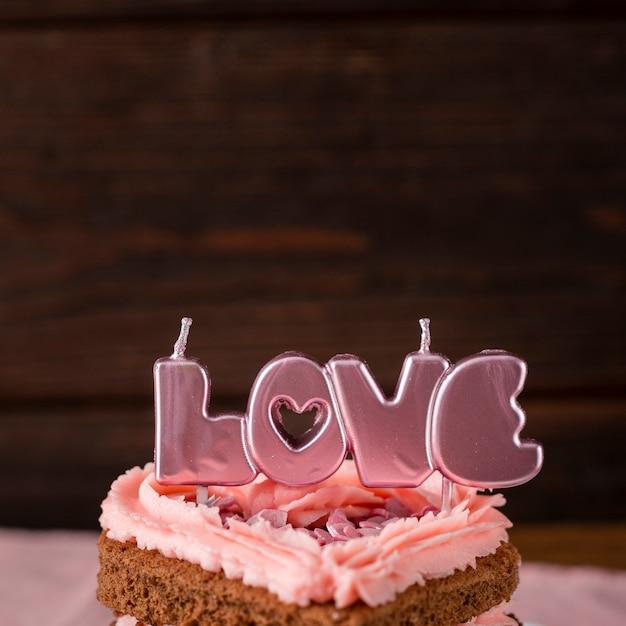 Close-up van hartvormige cakeplak met kaarsen Gratis Foto