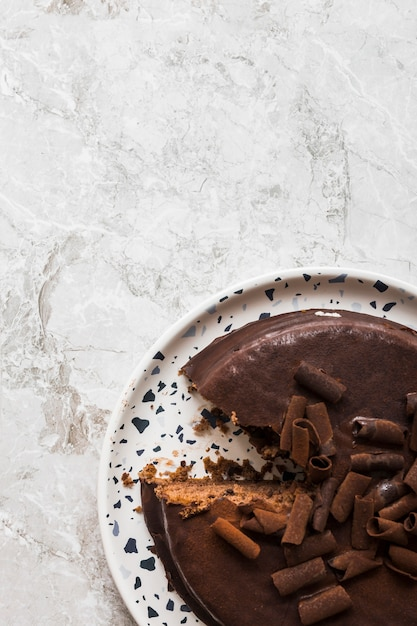 Close-up van heerlijke chocoladecake op witte schotel over marmeren achtergrond Gratis Foto