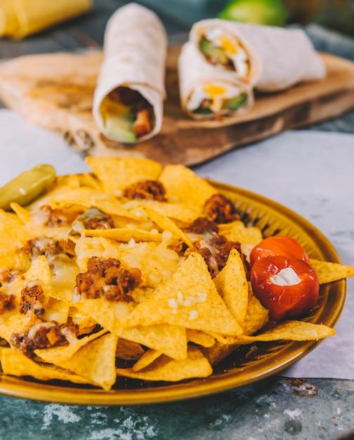 Close-up van heerlijke mexicaanse nachosspaanders in plaat Gratis Foto