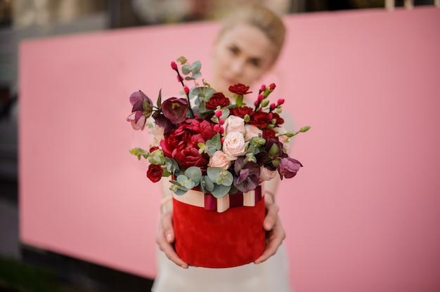 Close-up van het boeket van de meisjesholding in hoedendoos Premium Foto