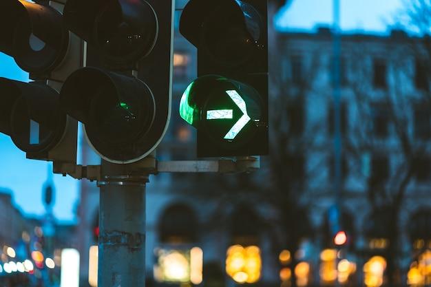 Close-up van het groene verkeerslicht in de avond Gratis Foto