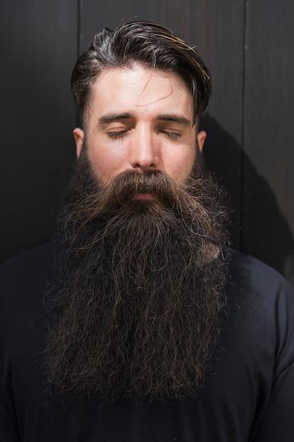 Close-up van het halve gezicht van een man met zijn ogen gesloten Gratis Foto