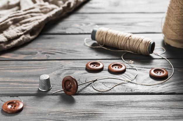 Close-up van het naaien van item op houten tafel Premium Foto