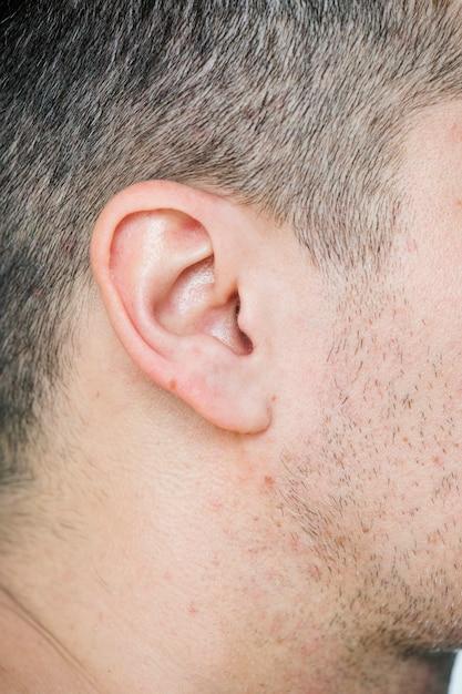 Close-up van het oor van de witte man Gratis Foto