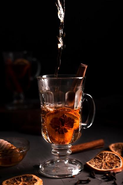 Close-up van hete gietende thee Gratis Foto