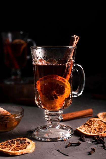 Close-up van hete thee met kaneel Gratis Foto