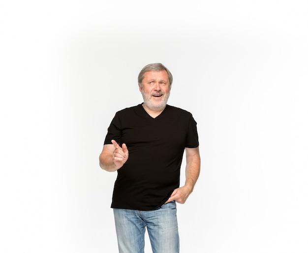 Close-up van hoger man lichaam in lege zwarte t-shirt die op witte ruimte wordt geïsoleerd. bespotten voor ontwerpconcept Gratis Foto