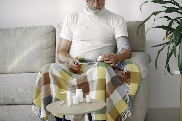 Close-up van hogere mannelijke 70-75 jaar oud die de druk meten. man om haar bloeddruk te meten. gezondheid en zorg. Gratis Foto