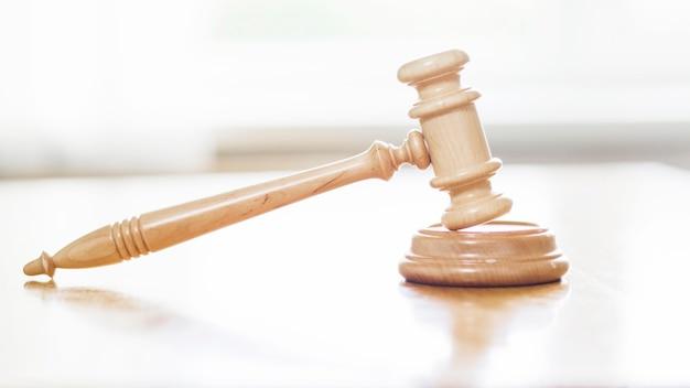 Close-up van houten hamer in rechtszaal Gratis Foto