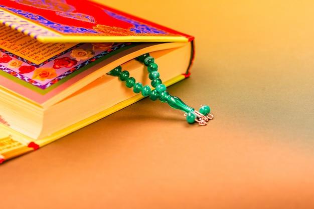 Close-up van islamitische boek heilige koran Premium Foto