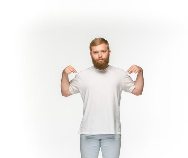 Close-up van jong man lichaam in lege witte t-shirt die op witte achtergrond wordt geïsoleerd. bespotten voor ontwerpconcept Gratis Foto