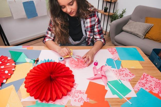 Close-up van jonge vrouw die mooie bloemambacht thuis maakt Gratis Foto