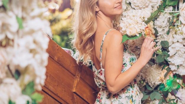 Close-up van jonge vrouw met witte bloemboeket in de hand Gratis Foto