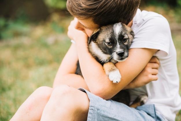 Close-up van jongen die zijn mooi puppy omhelst | Gratis Foto