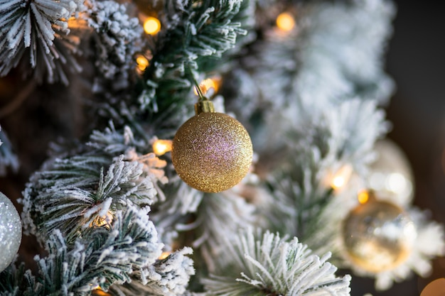 Close-up van kerstversiering en lampjes op een kerstboom Gratis Foto