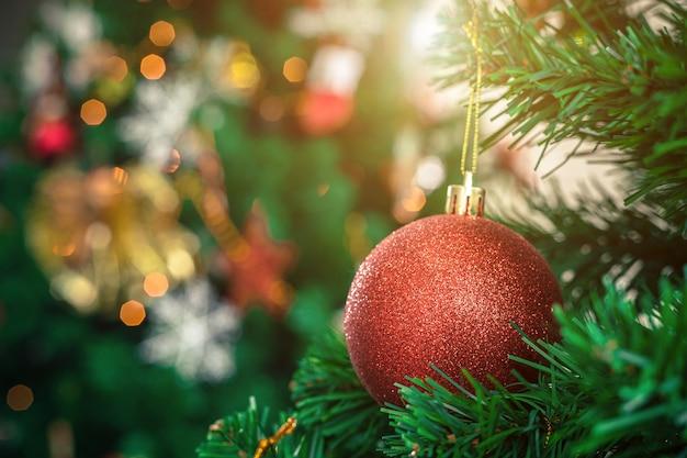 Close-up van kleurrijke ballen op groene kerstboom achtergrond decoratie tijdens kerstmis en nieuwjaar. Premium Foto