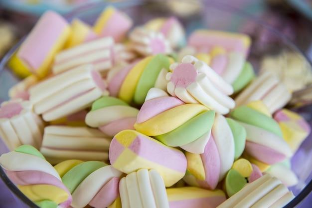 Close-up van kleurrijke marshmallows in een kom onder de lichten Gratis Foto