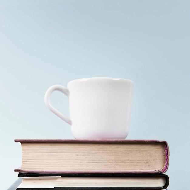 Close-up van kop en boeken met exemplaarruimte Gratis Foto