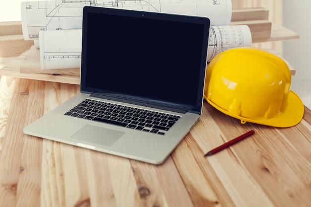 Close up van laptop op werkplek voor bouwvakker Gratis Foto