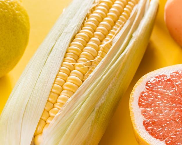 Close-up van maïs met grapefruit Gratis Foto