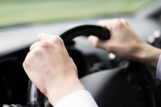 Close-up van man besturen van een auto Gratis Foto