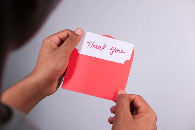 Close-up van man hand lezen van een bedankbrief Premium Foto