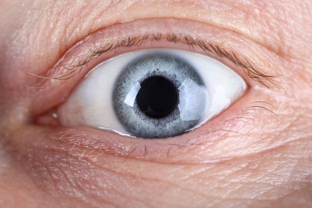 Close-up van mannelijke oog met veel rimpels rond Premium Foto