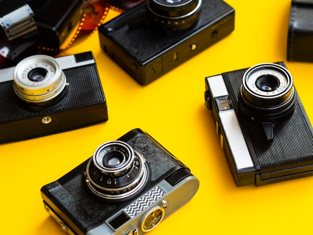 Close-up van meerdere retro fotocamera's Gratis Foto
