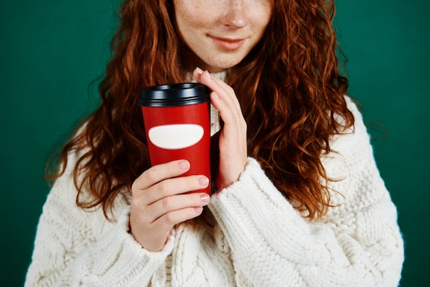 Close up van meisje wegwerp mok koffie te houden Gratis Foto