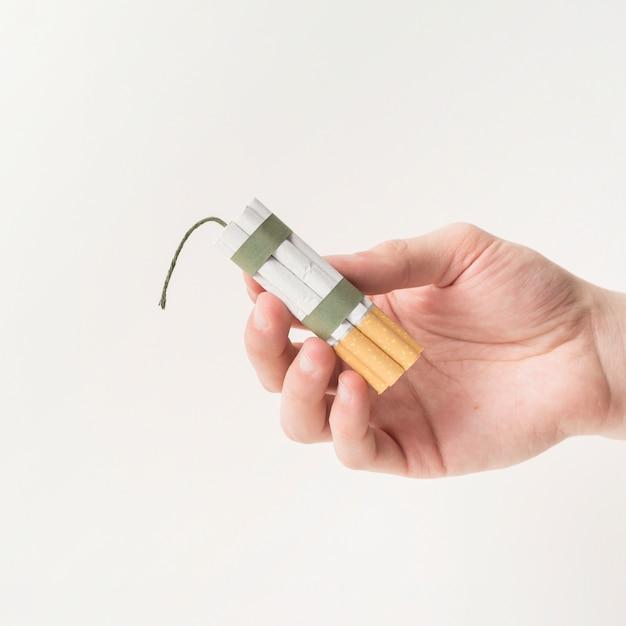 Close-up van menselijke die handholding sigaretten met kabel en wiek worden gebonden Gratis Foto