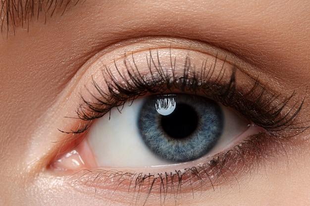 Close-up van mooie blauwe vrouwelijke oog. goed zicht, contactlenzen, vertrouwen of observatieconcept Premium Foto