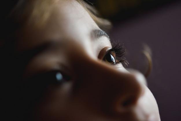 Close-up van mooie bruine ogen van het meisje Gratis Foto