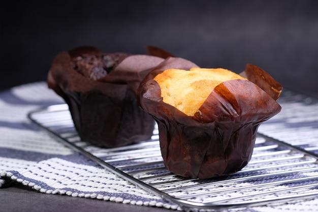 Close-up van muffins op tafel geïsoleerd op zwart, Premium Foto