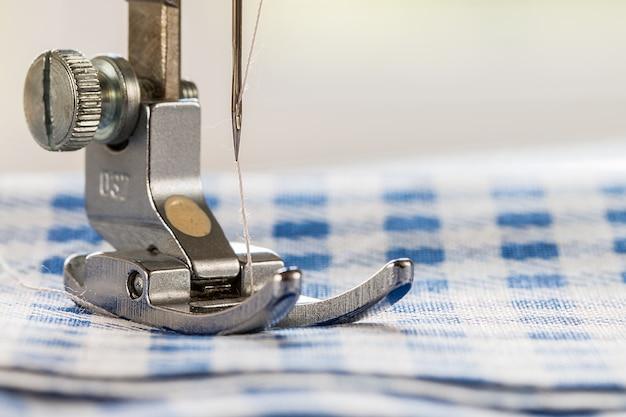 Close-up van naaimachine en stof Premium Foto