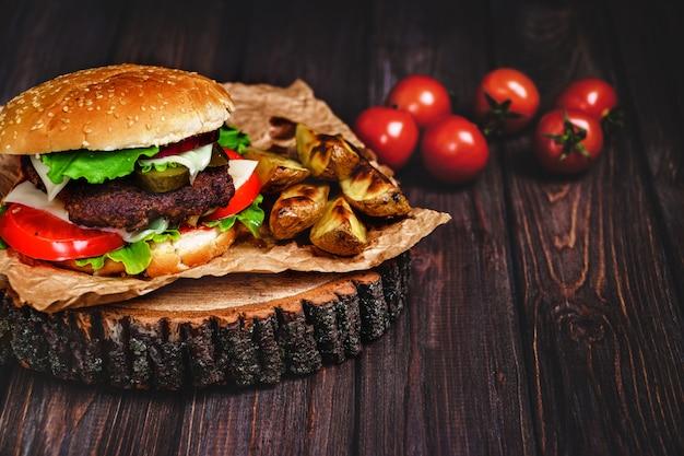 Close-up van naar huis gemaakte rundvleesburgers met sla en mayonaise Premium Foto