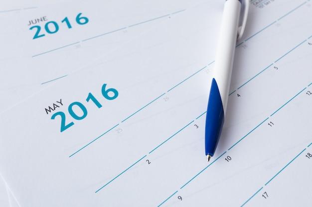 Close-up van nummers op de kalenderpagina Premium Foto