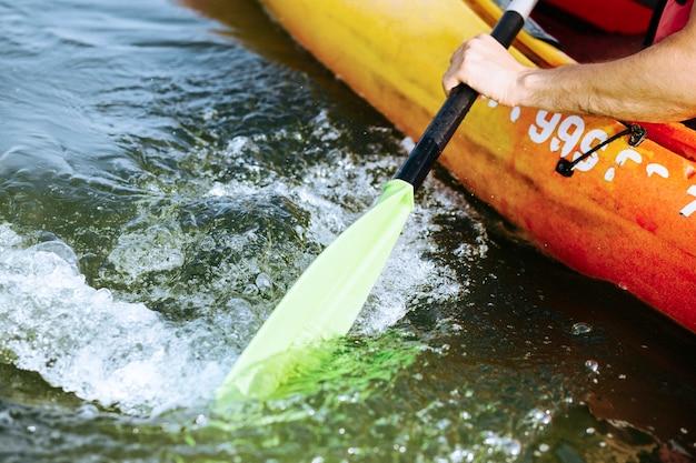Close-up van oar paddle bewegend water Gratis Foto