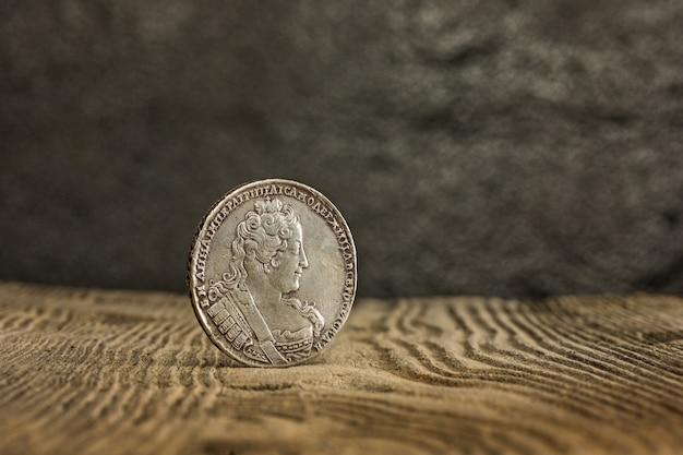 Close-up van oud russisch muntstuk op houten. Gratis Foto