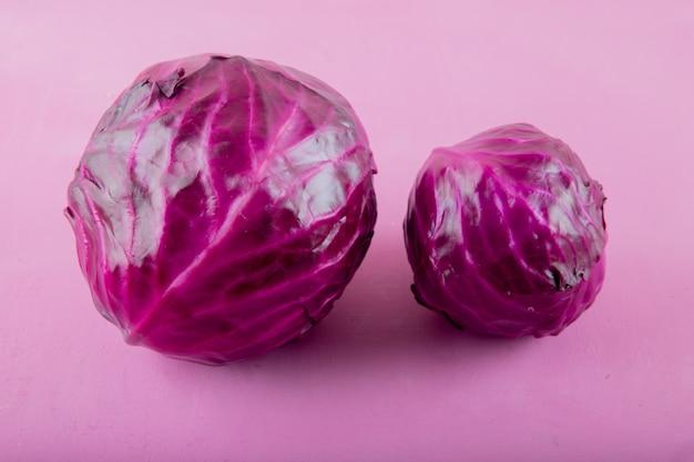 Close-up van paarse kolen op paarse achtergrond met kopie ruimte Gratis Foto