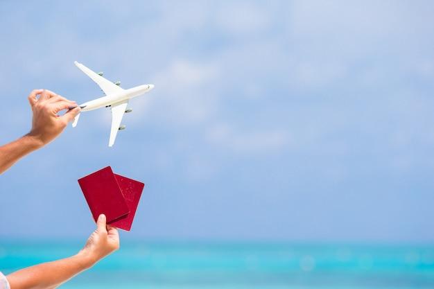 Close-up van paspoorten en witte vliegtuig de zee Premium Foto