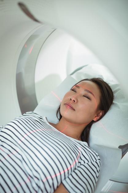 Close-up van patiënt die ct-scantest ondergaat Premium Foto