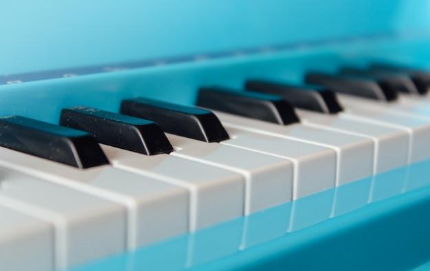 Close-up van pianotoetsen. frontaal zicht sluiten Premium Foto