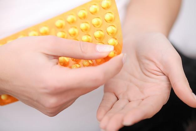 Close up van pillen in vrouwelijke handen Premium Foto