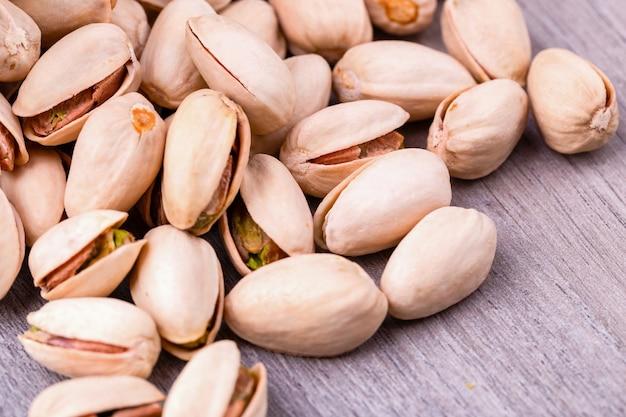 Close-up van pistachenoten noten op houten tafel. Premium Foto