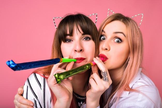 Close-up van positief portret van twee gelukkige hipster vrouwen met plezier, met behulp van feestaccessoires, close-up gek portret, vriendschapstijd Gratis Foto