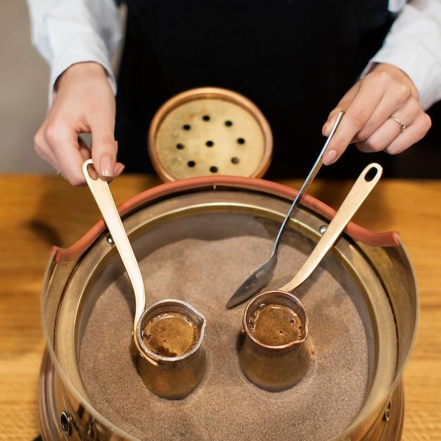 Close-up van potten koffie in heet zand Gratis Foto
